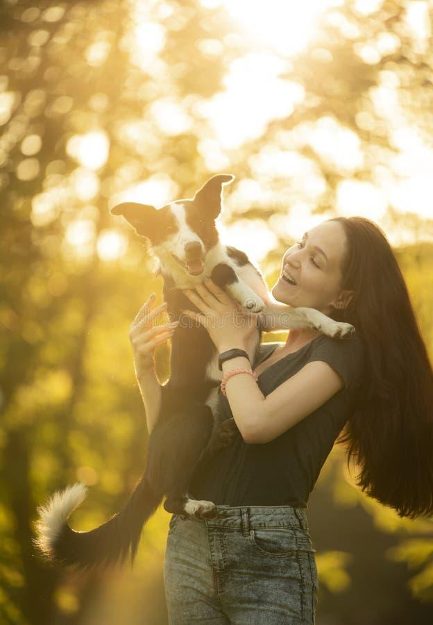 Menina que joga com um cão na floresta fotos de stock royalty free