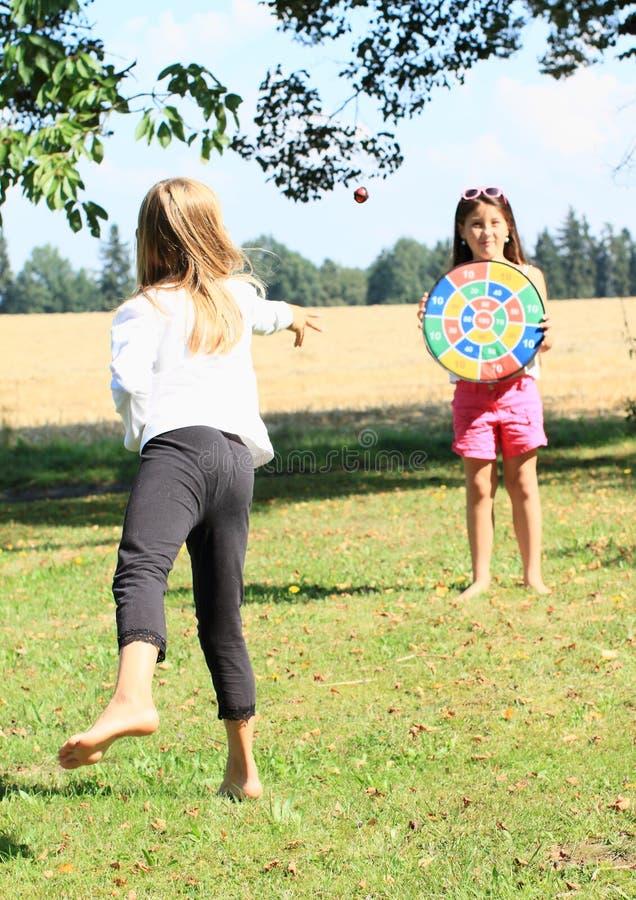 Menina Que Joga Em Um Alvo Foto de Stock Royalty Free