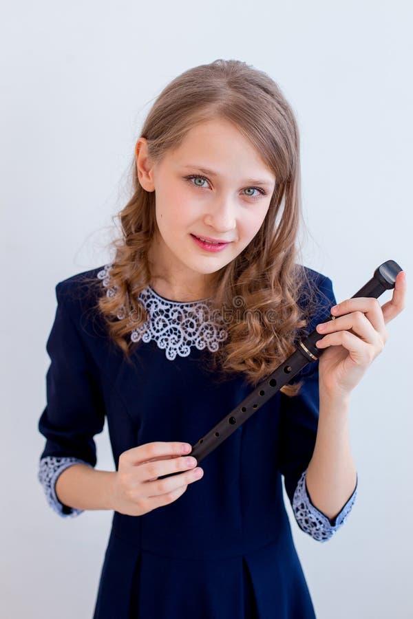 Menina que joga em uma flauta fotos de stock royalty free