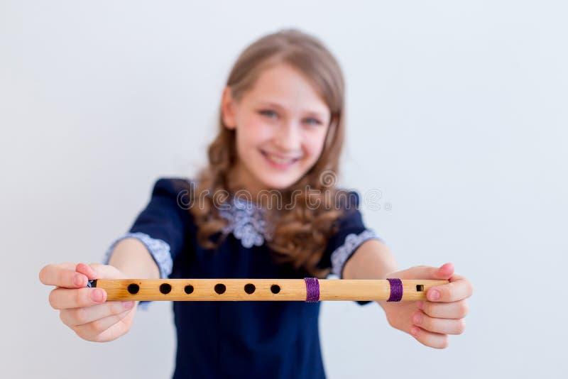 Menina que joga em uma flauta fotos de stock