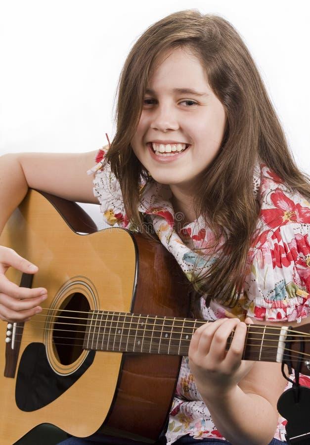 Menina que joga a guitarra acústica imagens de stock royalty free