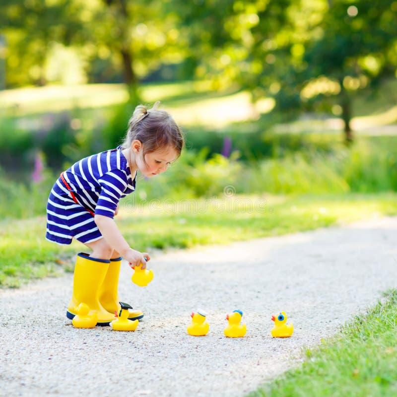 Menina que joga na floresta e em botas vestindo imagens de stock royalty free