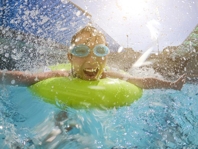 Menina que joga na piscina imagens de stock royalty free