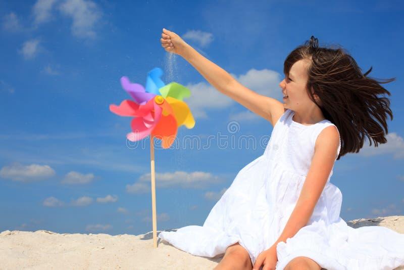 Menina que joga na praia fotos de stock royalty free