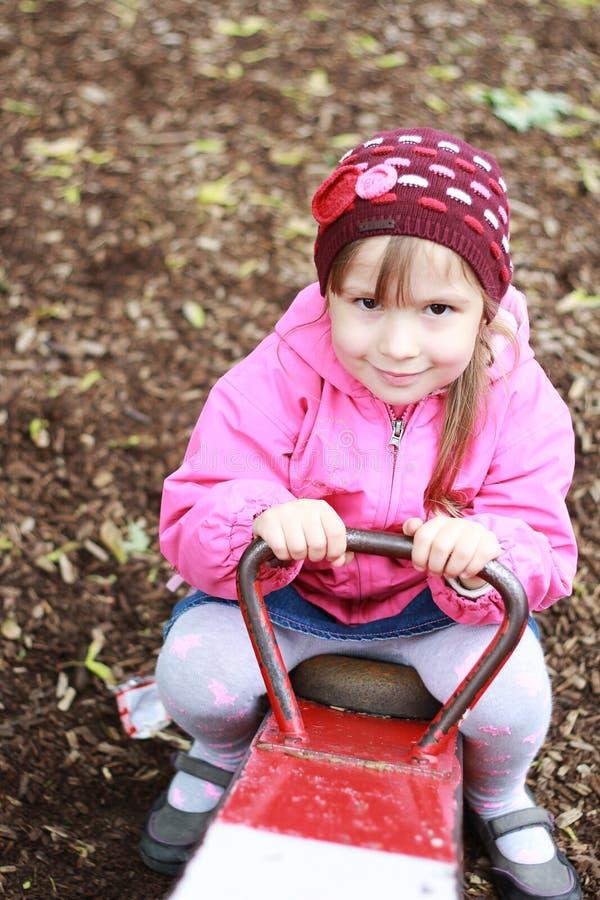 Menina que joga no parque imagens de stock royalty free