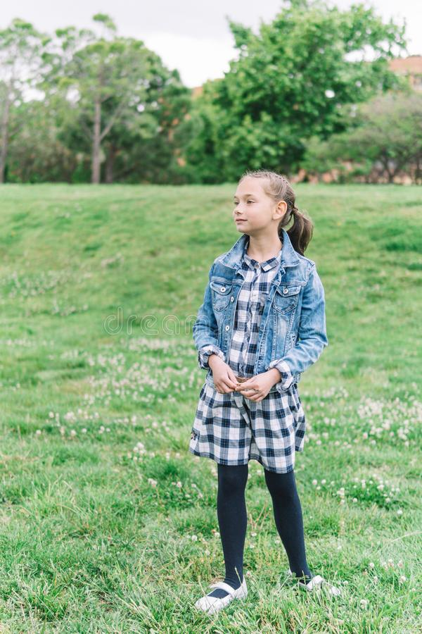 Menina que joga no parque no fundo verde fotografia de stock
