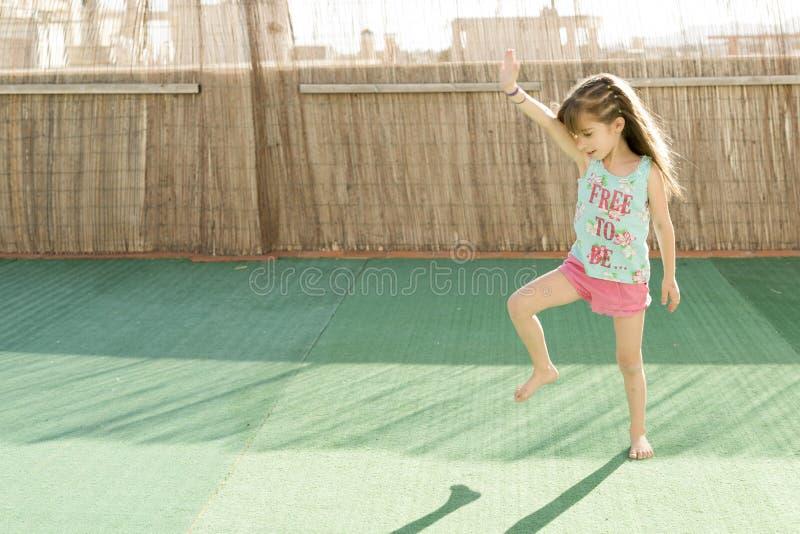 Menina que joga no terraço imagens de stock