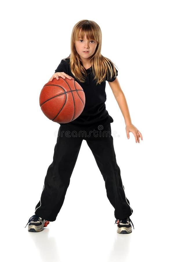 Menina que joga o basquetebol imagens de stock royalty free