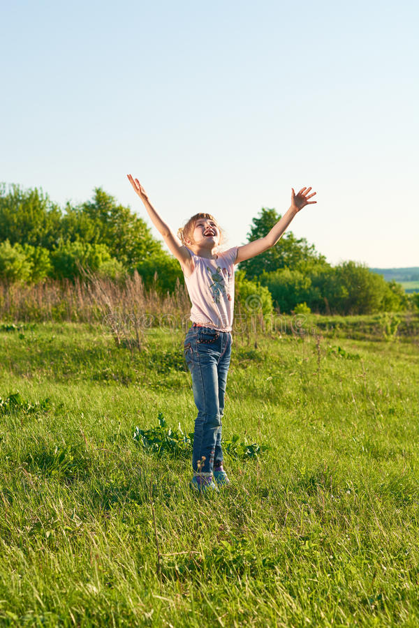 Menina que joga o frisbee no parque fotografia de stock royalty free