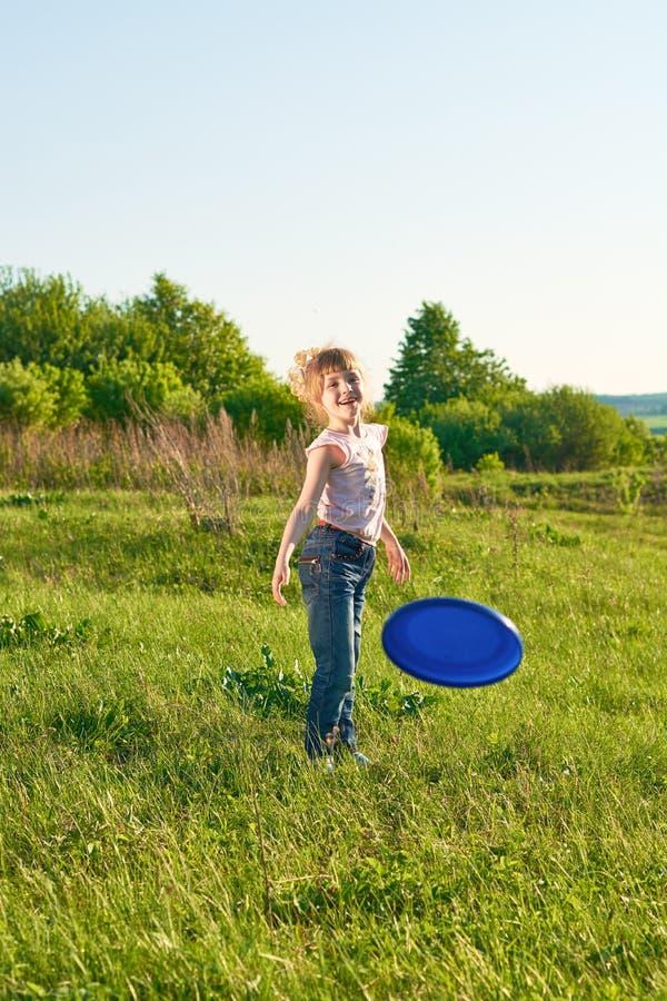 Menina que joga o frisbee no parque foto de stock royalty free