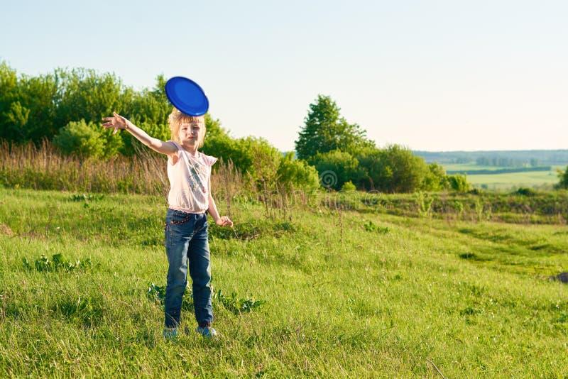 Menina que joga o frisbee no parque imagem de stock royalty free