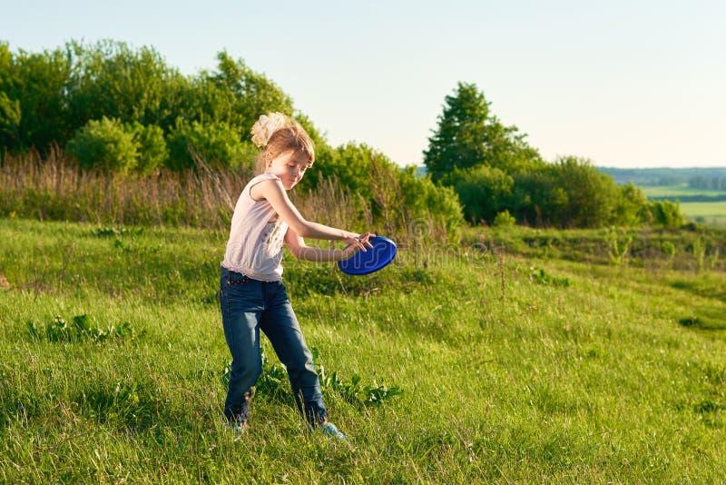 Menina que joga o frisbee no parque fotografia de stock