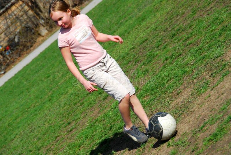 Menina que joga o futebol fotografia de stock