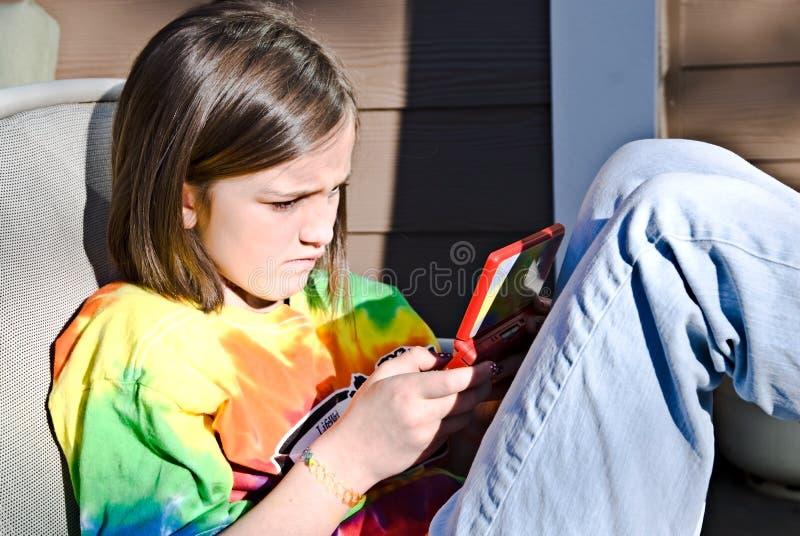 Menina que joga o jogo de computador imagens de stock