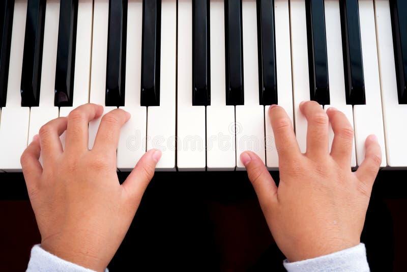 Menina que joga o piano Mãos do close up, vista superior Backg da arte e da música fotografia de stock royalty free