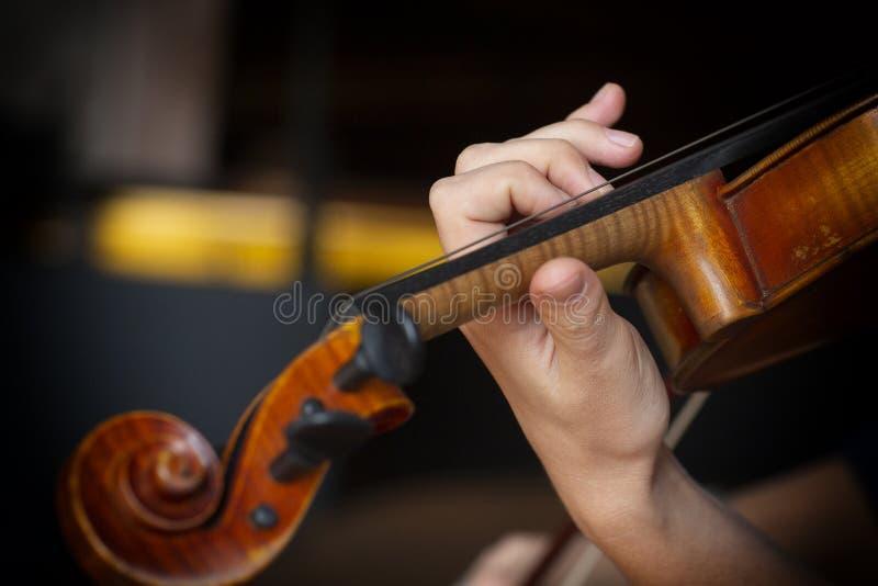 Menina que joga o violino Mão de uma menina e de um violino fotografia de stock royalty free