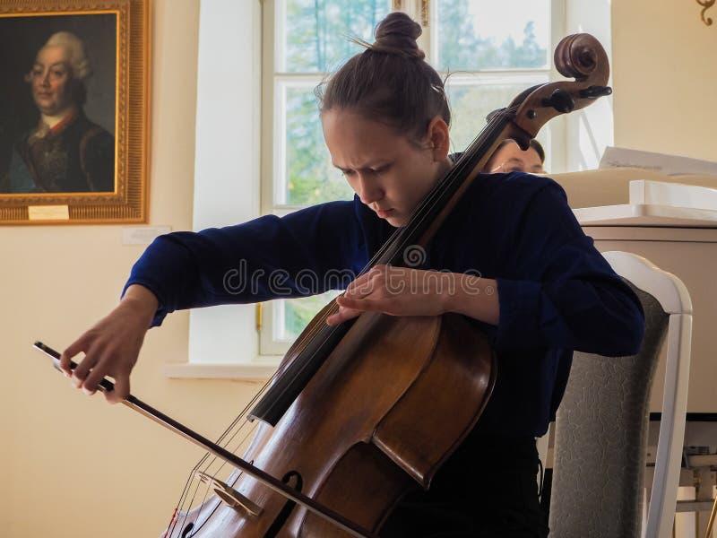 Menina que joga o violoncelo St Petersburg primavera de 2017 imagem de stock