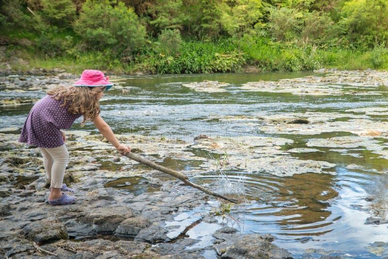 Menina que joga pelo rio imagens de stock