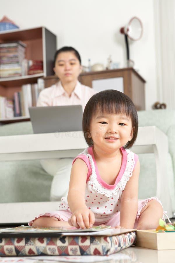 Menina que joga quando seu funcionamento da matriz fotos de stock