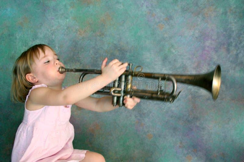 Menina que joga a trombeta imagem de stock