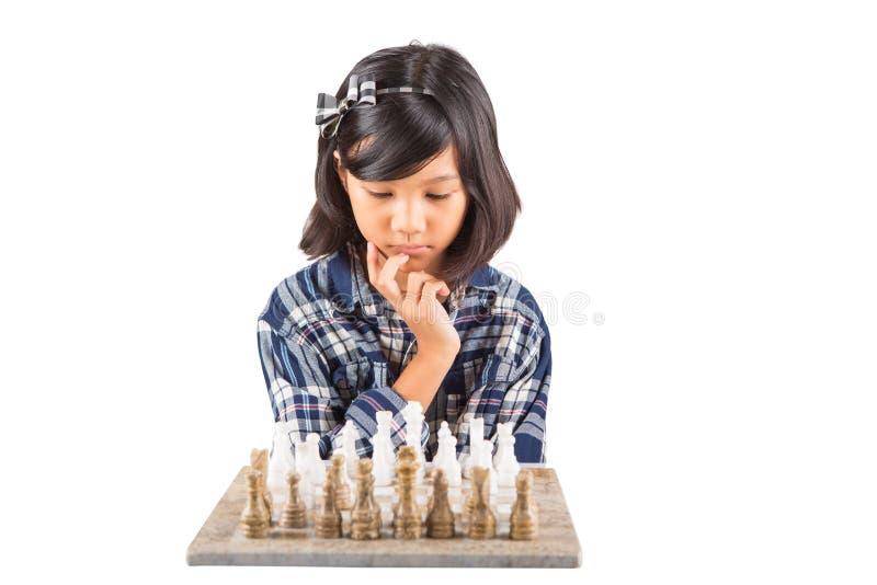 Menina que joga a xadrez mim fotografia de stock