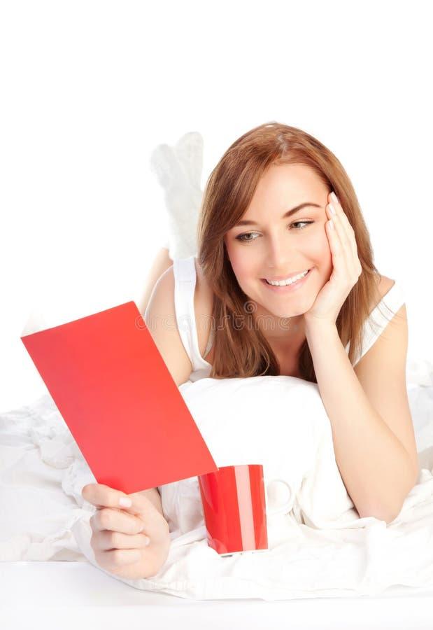 Menina que lê o cartão romântico do Valentim foto de stock royalty free