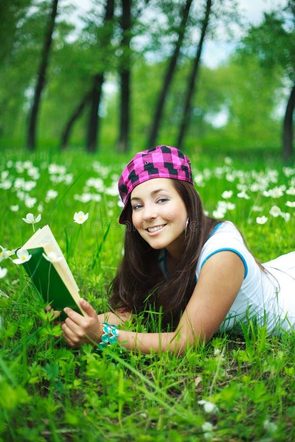 Download Menina que lê um livro foto de stock. Imagem de menina - 10061962
