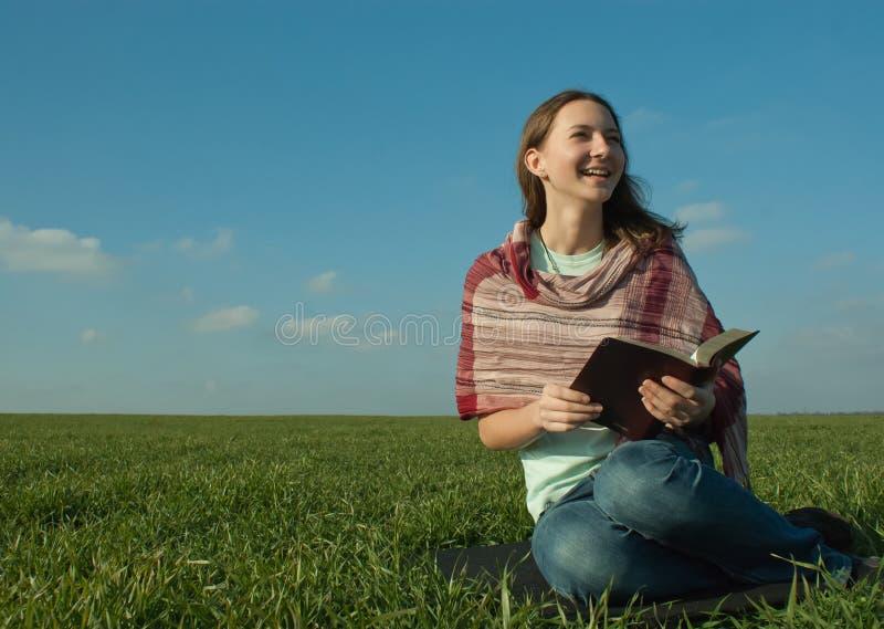 Download Menina que lê um livro foto de stock. Imagem de jardim - 16867100