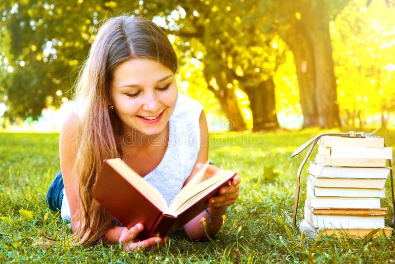 Menina que lê um livro fotografia de stock