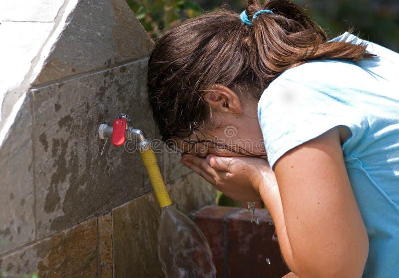 Menina que lava sua face imagens de stock