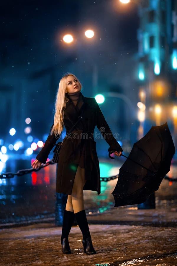 Menina que levanta à vista da cidade da noite fotos de stock royalty free