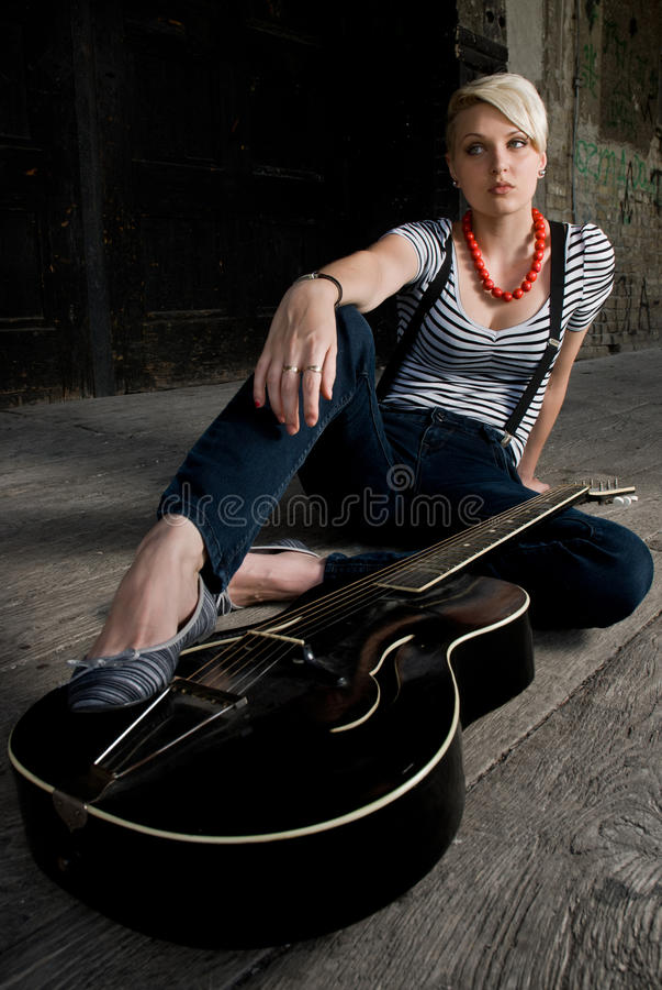 Menina que levanta com guitarra imagens de stock