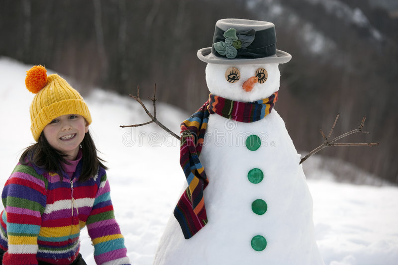 Menina que levanta com seu boneco de neve fotografia de stock royalty free