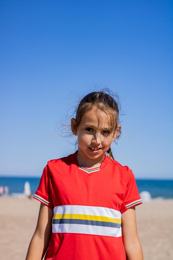 Menina que levanta na praia imagem de stock