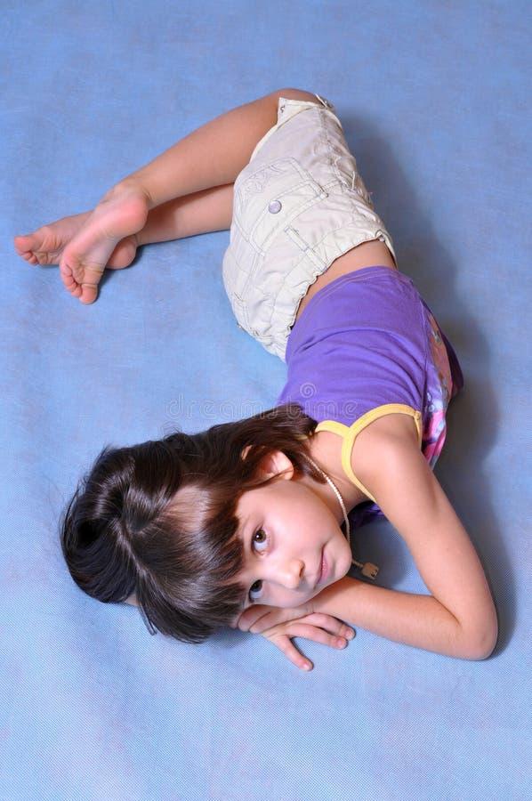 Menina que levanta no estúdio fotografia de stock