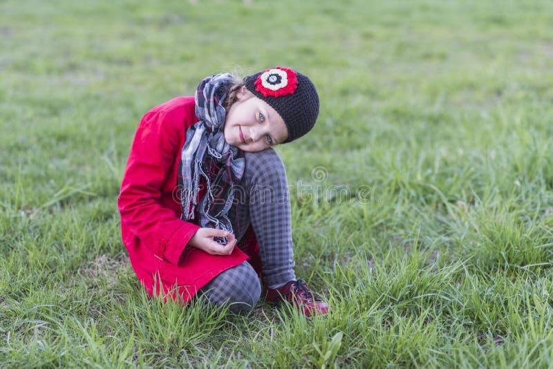 Menina que levanta no gramado imagem de stock