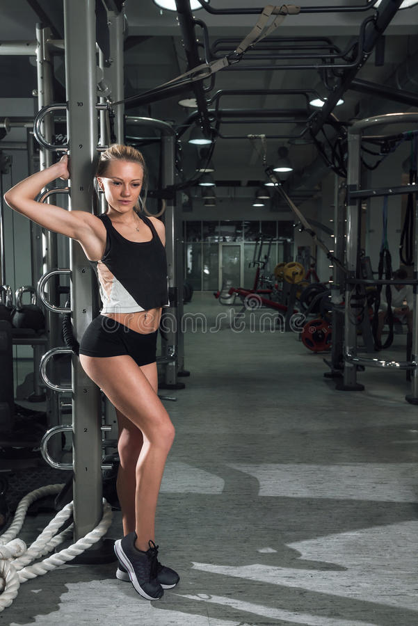 Menina que levanta no gym foto de stock royalty free