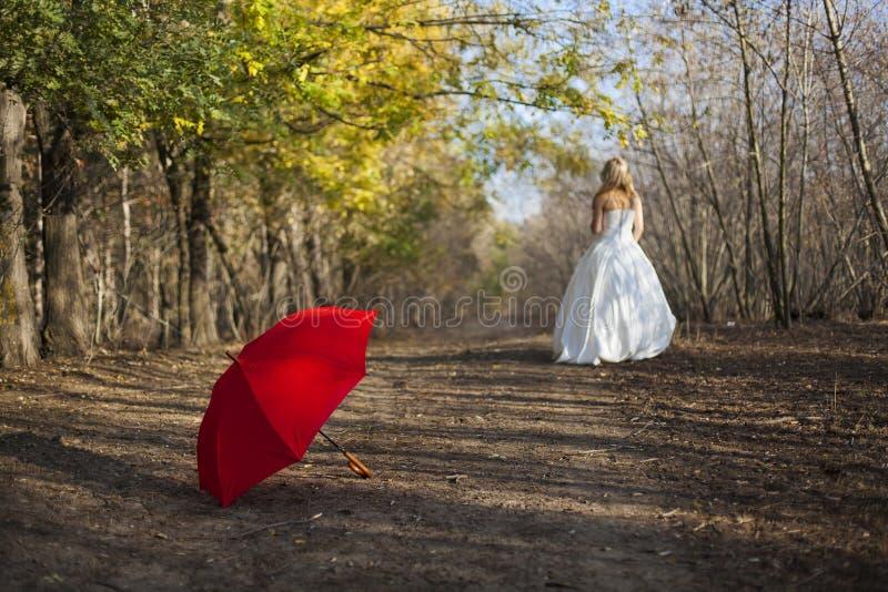 Menina que levanta no vestido de casamento imagem de stock royalty free