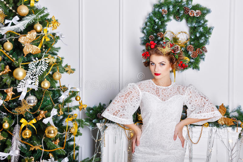 Menina que levanta perto de uma árvore de Natal fotos de stock