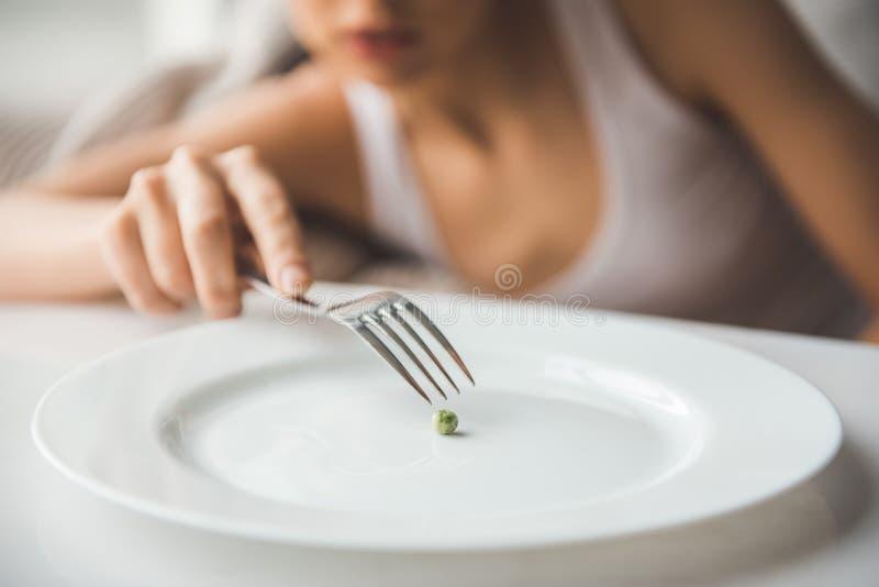 Menina que mantém a dieta fotografia de stock royalty free