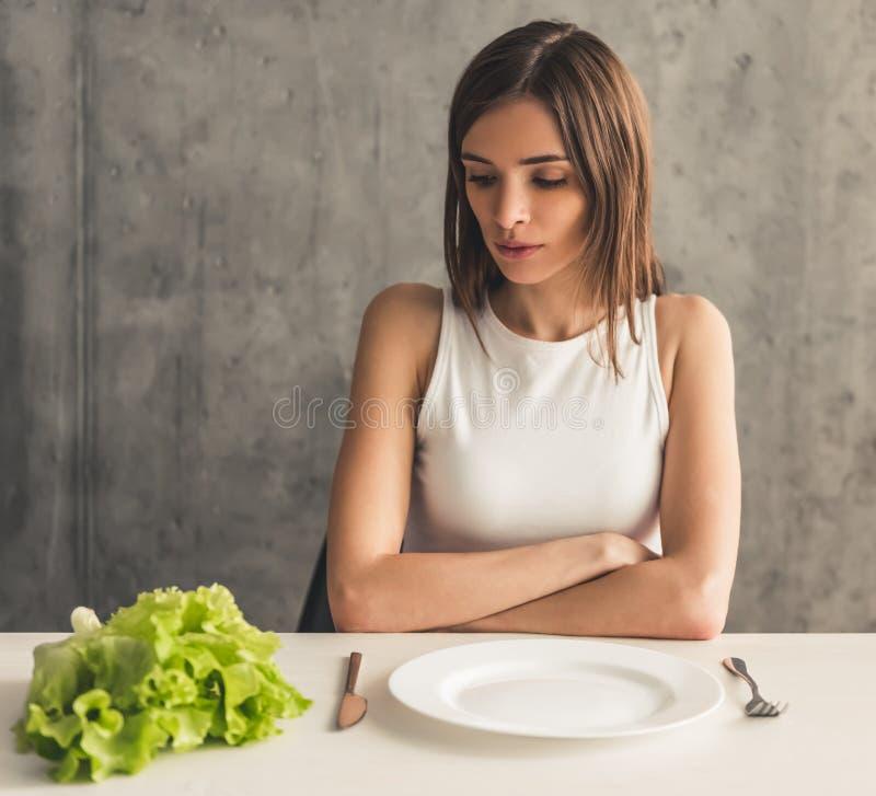 Menina que mantém a dieta imagens de stock