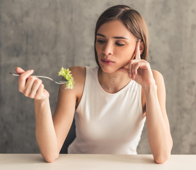 Menina que mantém a dieta imagens de stock royalty free