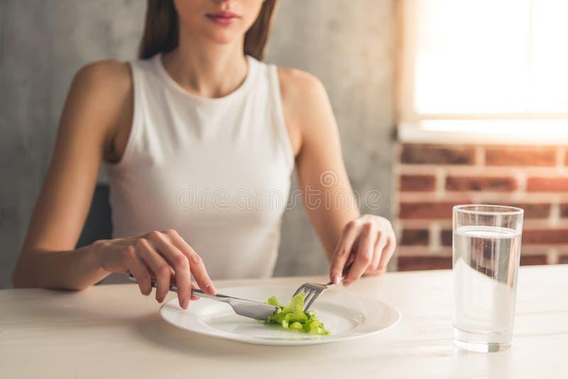 Menina que mantém a dieta foto de stock