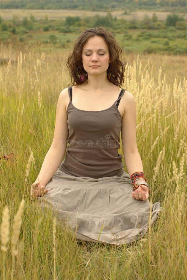 Menina que meditating imagem de stock royalty free