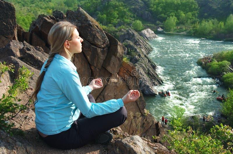 A menina que meditating imagem de stock