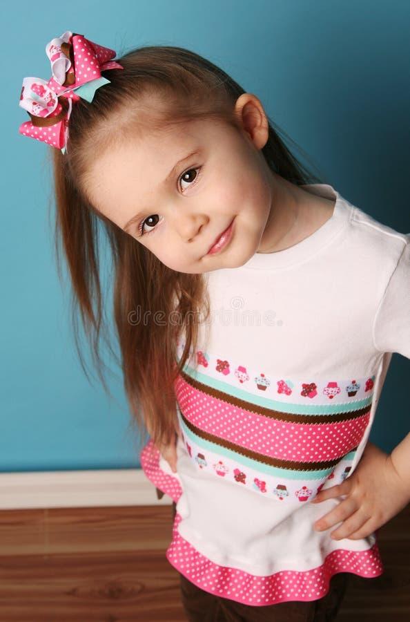 Menina que modela a curva do cabelo e que combina a camisa foto de stock