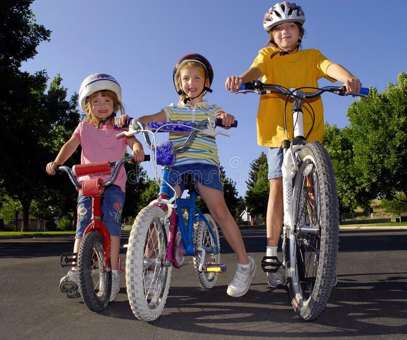Menina que monta uma bicicleta imagem de stock