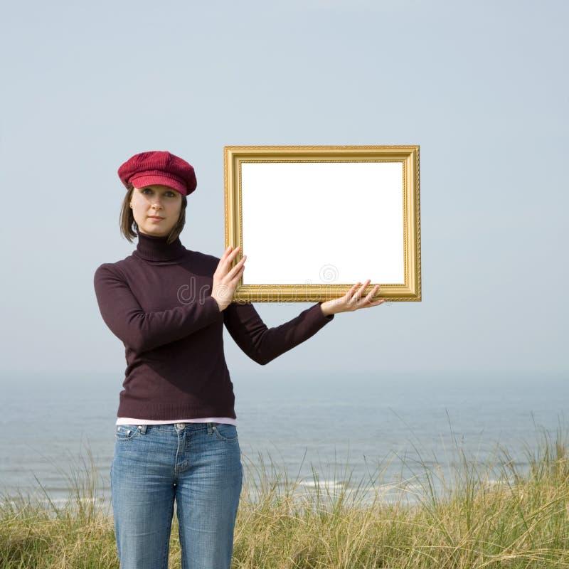 Menina que mostra o cartão branco foto de stock royalty free