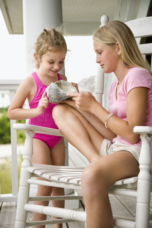 Menina que mostra o escudo do conch foto de stock