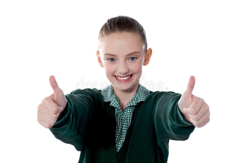 Menina que mostra os polegares até a câmera fotos de stock